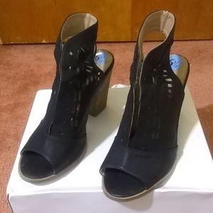 Restricted  sandal